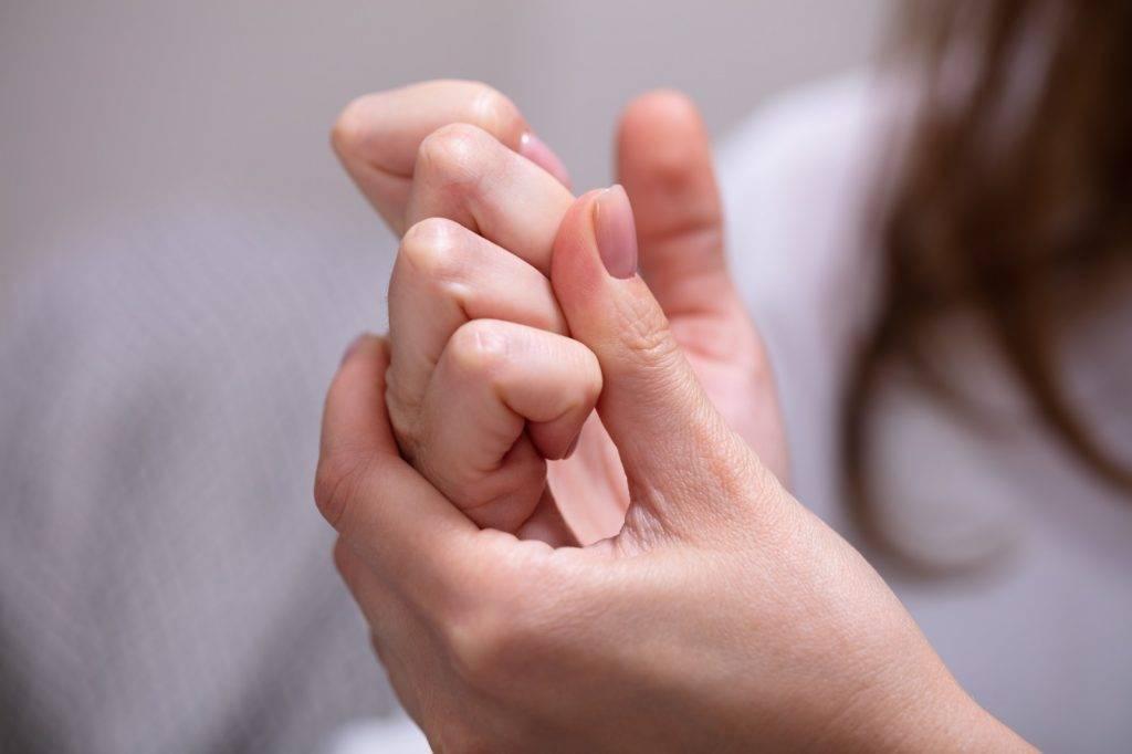 「扳機指」會令患者手指關節感覺繃緊和疼痛,當患者屈曲手指時會感覺「卡住」而無法動彈。