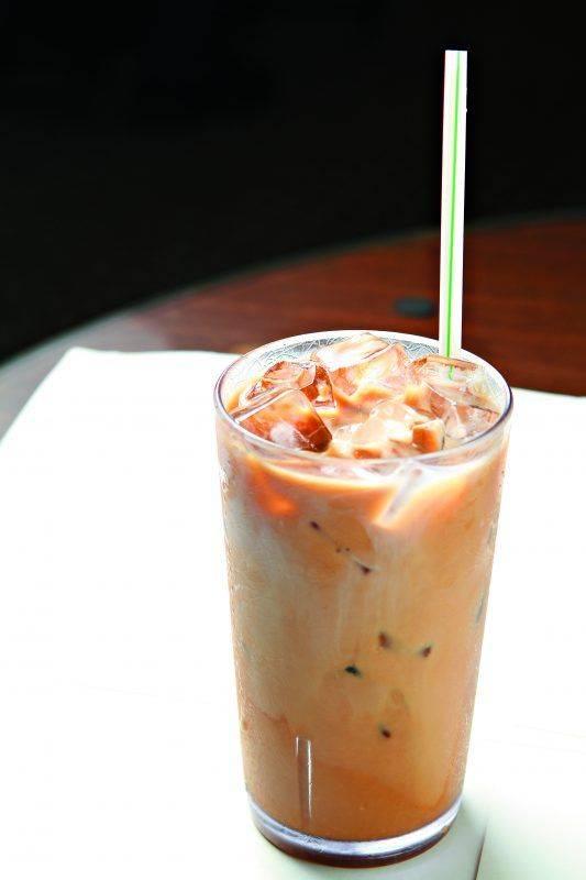 一杯凍奶茶是不少港人早午餐的飲品選擇,但冰塊的衛生情況隨時造成健康風險。