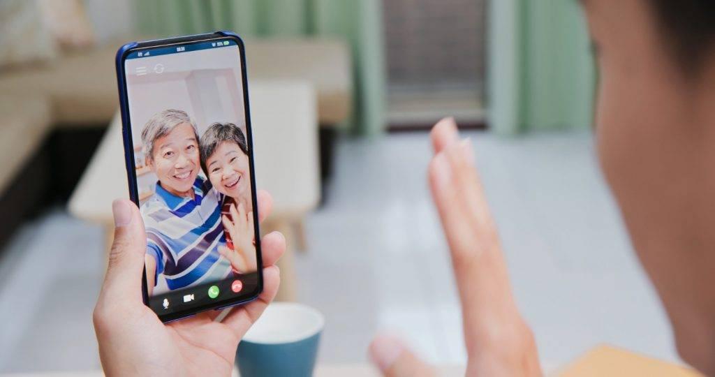 不少長輩都希望透過視象電話來了解孫子的日常生活。(Shutterstock)