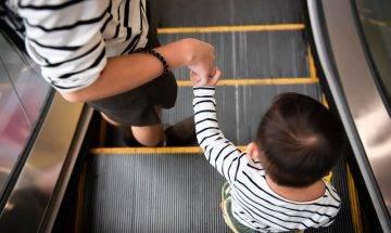 拒在扶手電梯上讓路反被罵 台媽:何必犧牲自己與小孩安全?