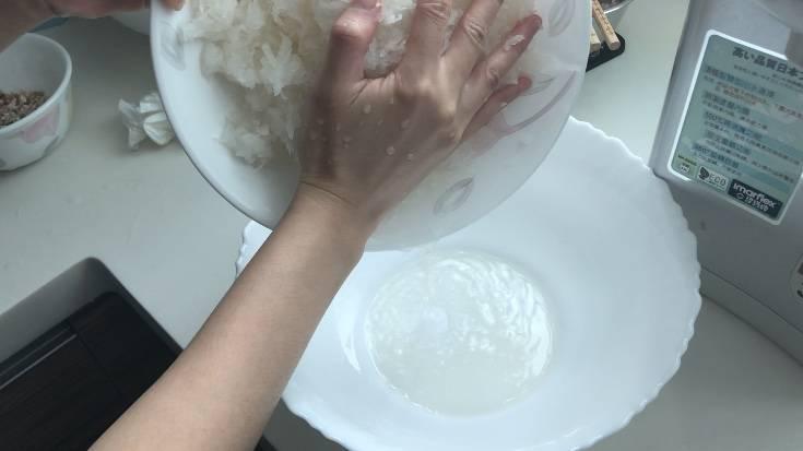 浸蝦米1小時,白蘿蔔去皮,刨絲。用手擠壓白蘿蔔,擠出蘿蔔水,蘿蔔水與粘米粉混合攪勻,再加入粟粉攪勻至沒有粉粒,形成米漿。