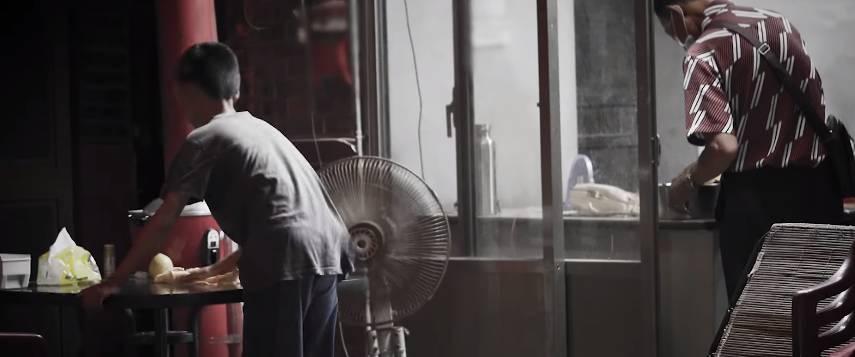 阿龍會幫忙做家務(「中國信託慈善基金會」影片截圖)