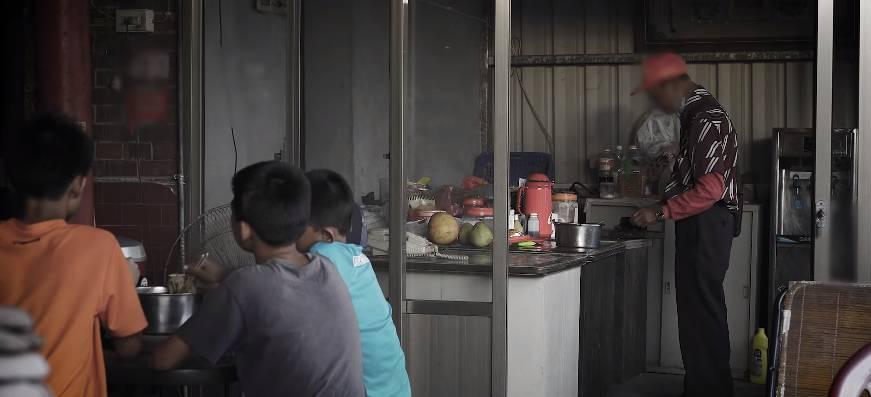 爺爺獨力扶養三兄弟(「中國信託慈善基金會」影片截圖)