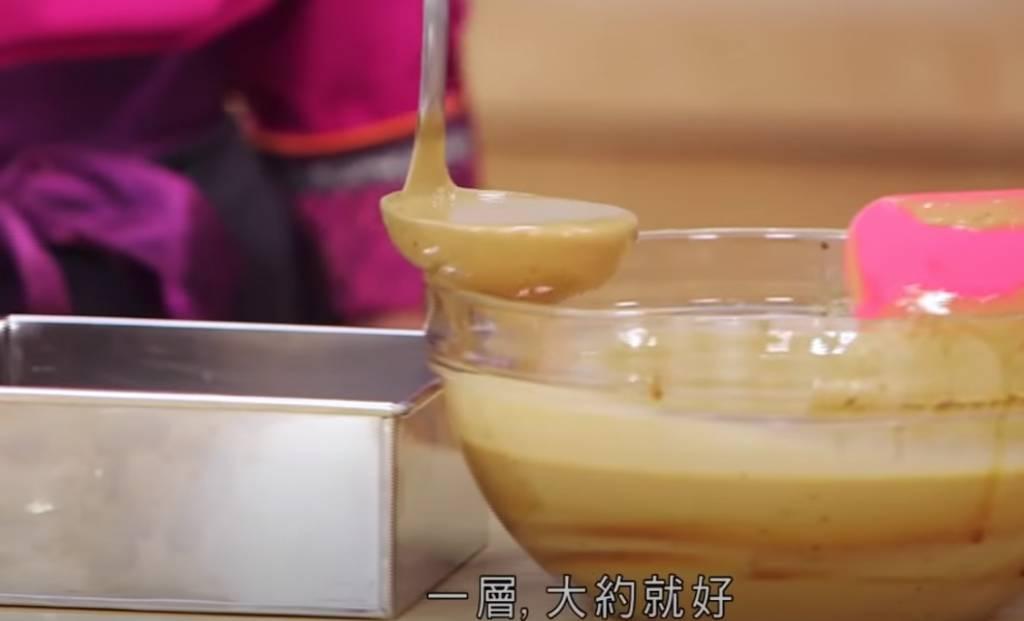 在蒸盤內塗一層油,將粉漿分4次倒入內,每次蒸20分鐘。