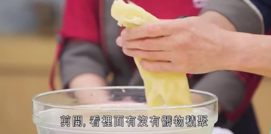 刮走花膠內的髒物。