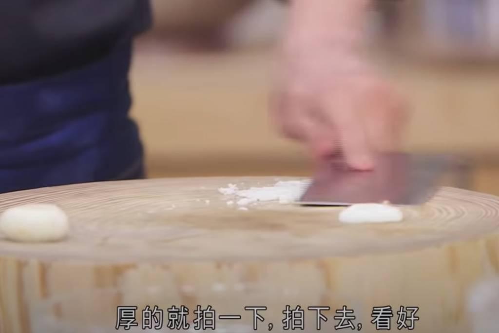 厚的馬蹄拍碎,再剁幾下,切成碎狀,滲出馬蹄中的甜味。
