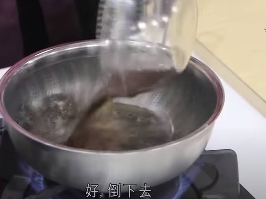 開始整第三層,將馬蹄粉放入黑蔗糖水、蔗汁,慢慢攪勻,變成第三層的粉漿。煮溶另一塊黑蔗糖。