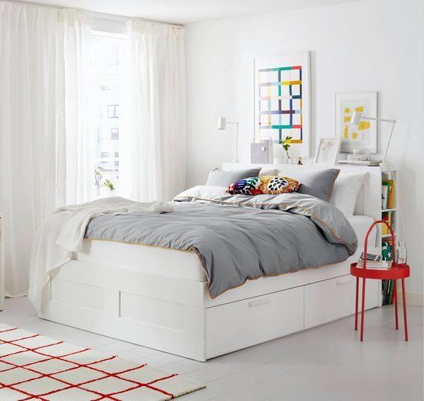 BRIMNES床框後側還可搭配儲物櫃作為床頭板,檯面更能放上個人小物件,相當實用。