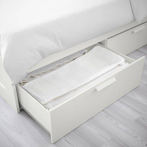 BRIMNES床框兩側有2個大抽屜,適合用來收納大件寢織和衣物。