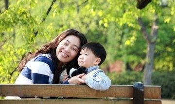 為生計帶著兒子四處工作 單親媽媽自覺虧待兒子:跟著我真的很苦
