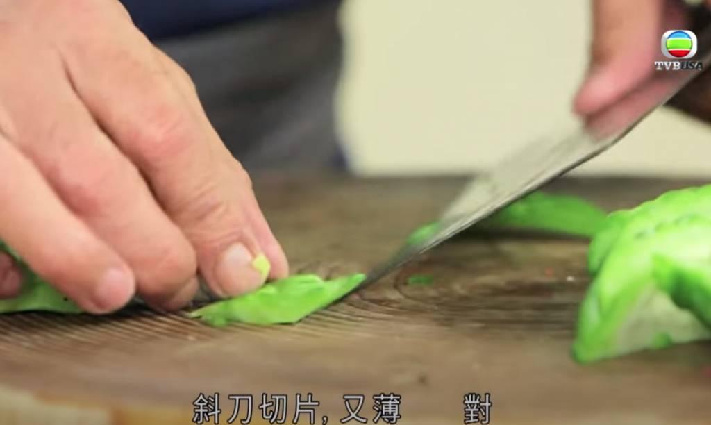涼瓜斜刀切片。