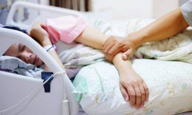 新抱3次流產後患癌不能生育 被奶奶強逼離婚 前夫不離不棄照顧 堅守當年愛的承諾