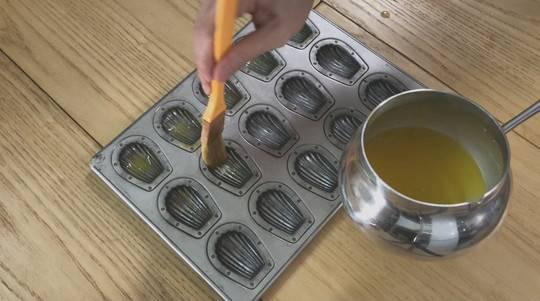 瑪德蓮蛋糕食譜小貼士:在貝殼模具上先塗上一層牛油,待烤熟後就更容易脫模。(YouTube Channel「食鬼HKfoodghost」)