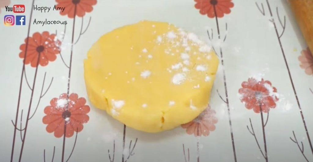港式蛋撻食譜小貼士:將低筋麵粉灑在撻皮上,可以防止撻皮粘在桌子上。
