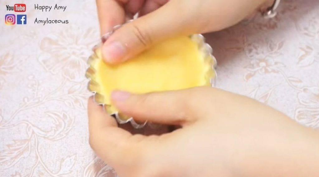 港式蛋撻食譜小貼士:記得輕輕按撻皮的部分,切勿用力過度,以免弄穿撻皮。