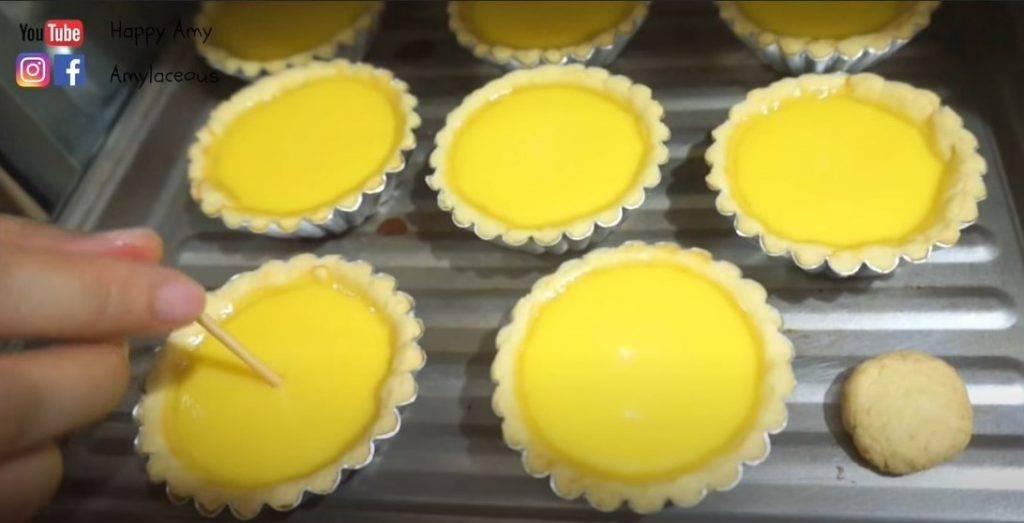 港式蛋撻食譜小貼士:25分鐘後,可以用牙籤輕輕插入蛋漿部分,如果蛋漿沒有粘在牙籤上,代表完全熟透。