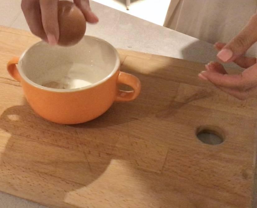 在杯中加入牛奶、雞蛋、砂糖,攪拌均勻。