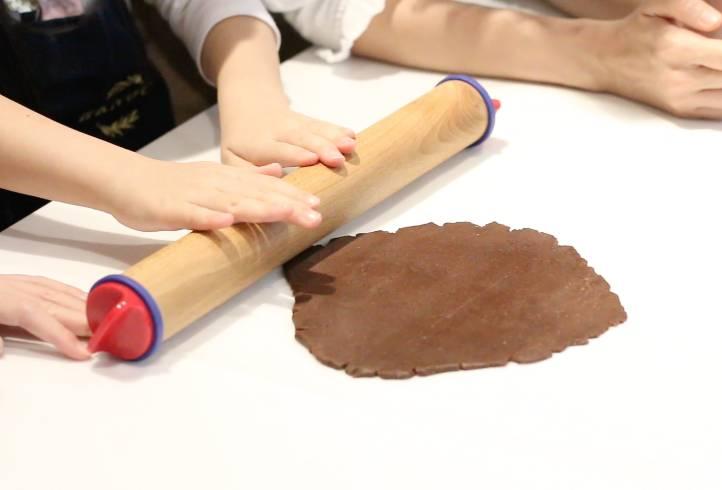 用麵棍壓至三毫米厚。