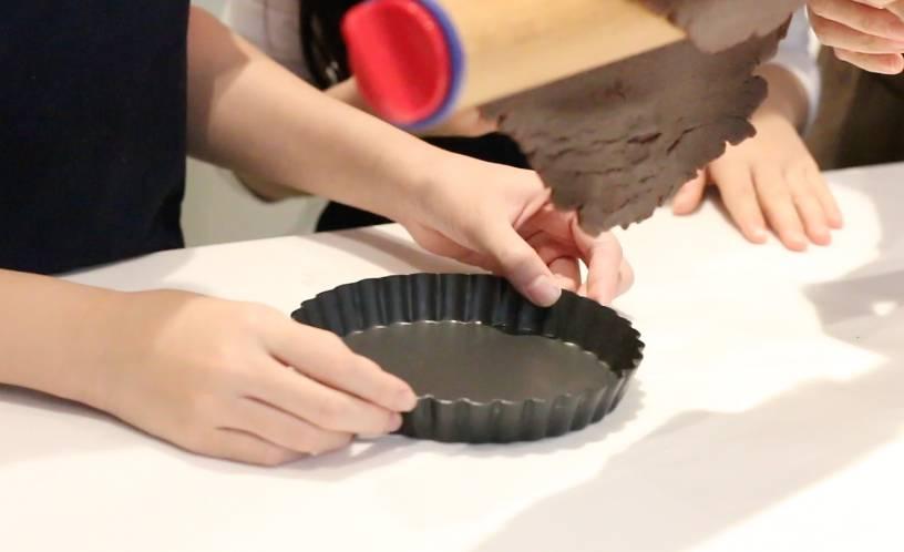 放入模具內,做成撻殼。