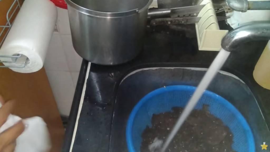 倒去汆水的水,雲耳直接沖水喉凍水,再瀝水。