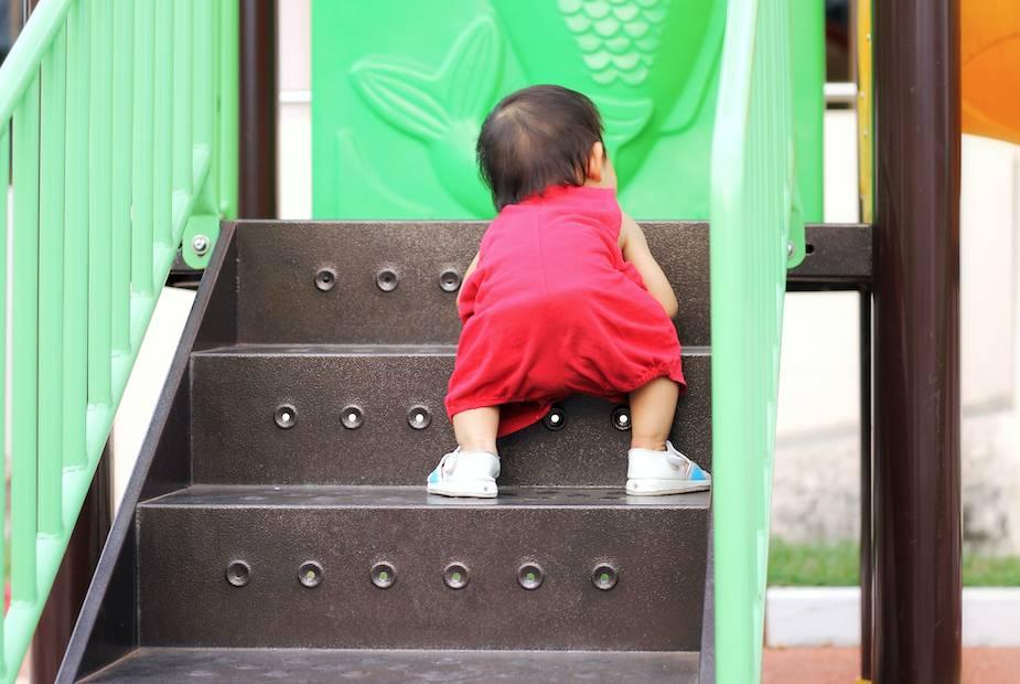 1歲半女險被9歲仔推落樓梯(非當事人)