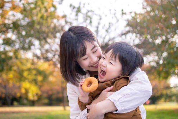家長需要多讚美孩子,教他們正確的行為規範,鼓勵他們往好的方面發展。