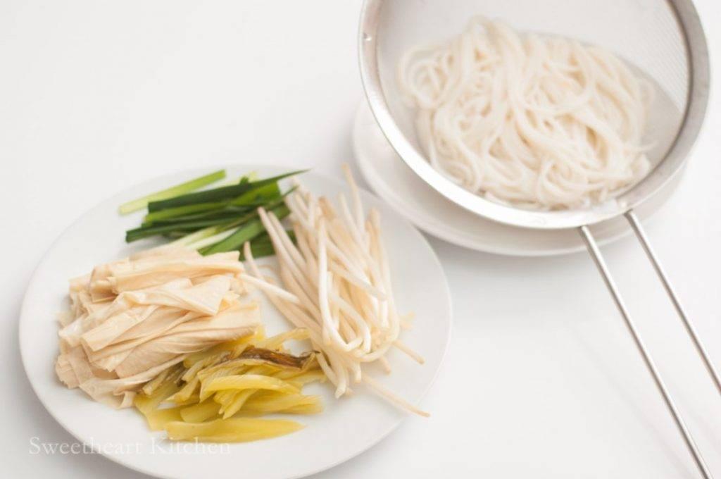 譚仔酸辣湯底米線食譜貼士:鮮腐竹可改用乾腐皮浸軟再煮。(Facebook專頁「甜琛廚房」圖片)