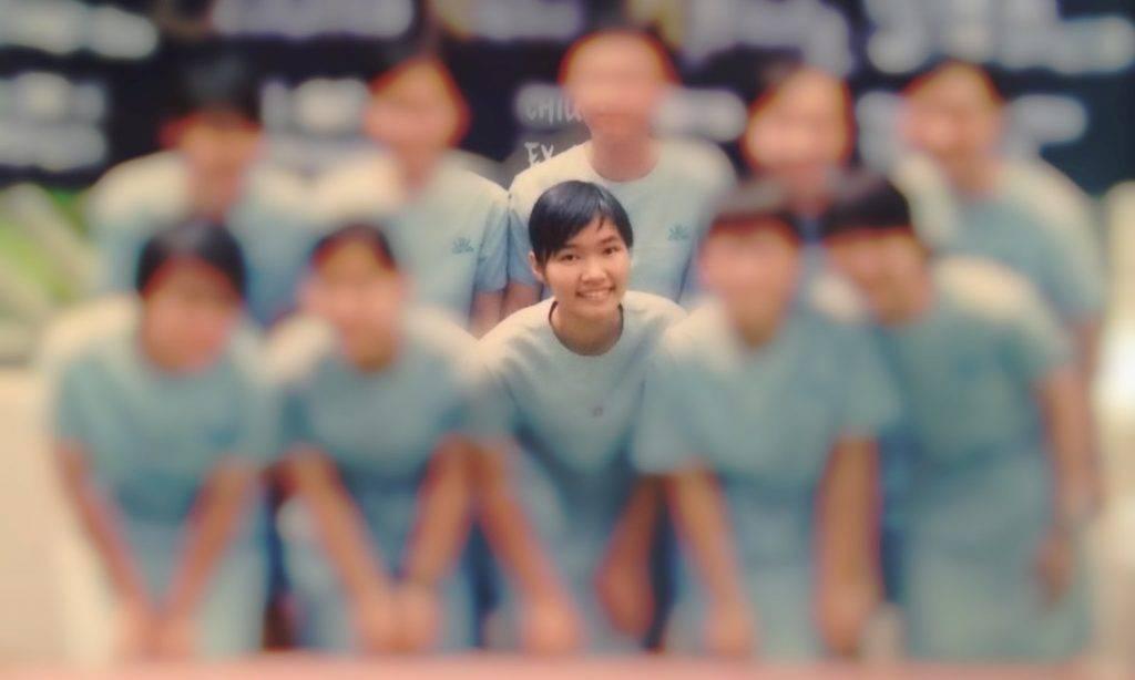 中學時,JOJO是同學們的學業顧問,經常擔當同學課後的小老師。結果,她以會考30分滿分的成績成「尖子」媽媽,提早上大學。