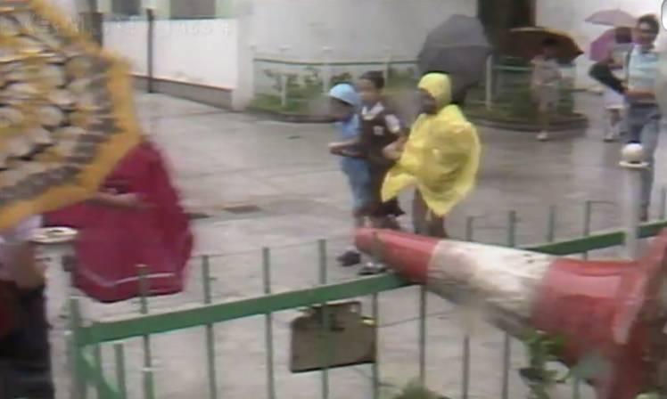 倩儀在3號風球下接弟妹放學(TVB節目《尋人記》電視截圖)