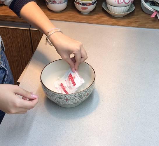 將起酥油放入熱水,令它融化。