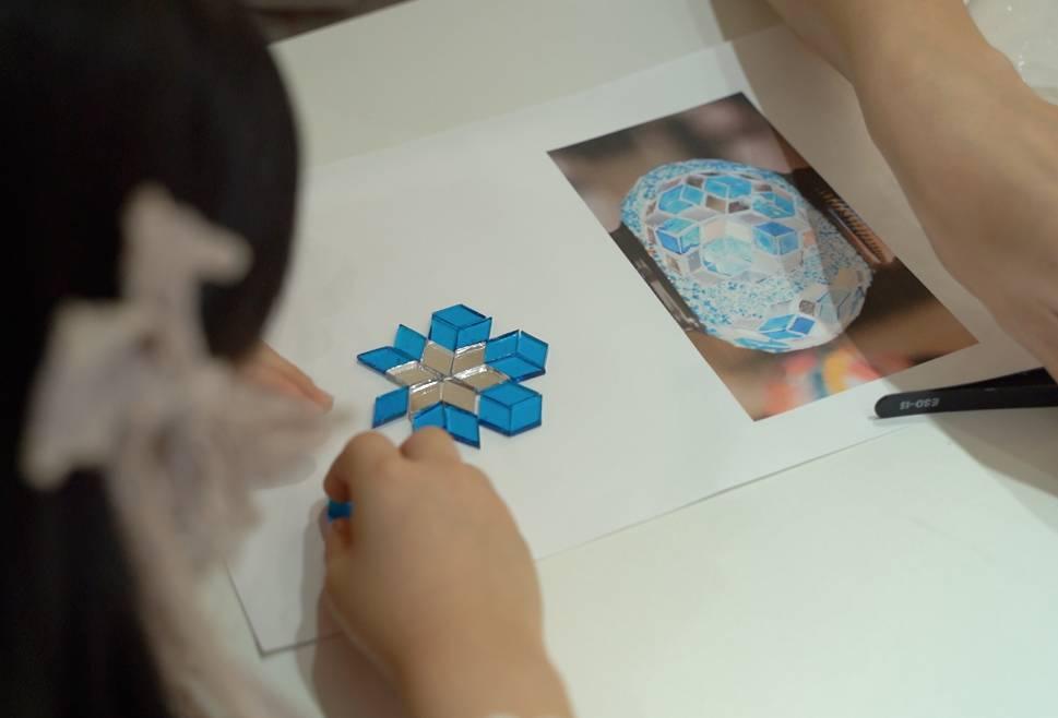 小朋友把圖案在紙上砌好