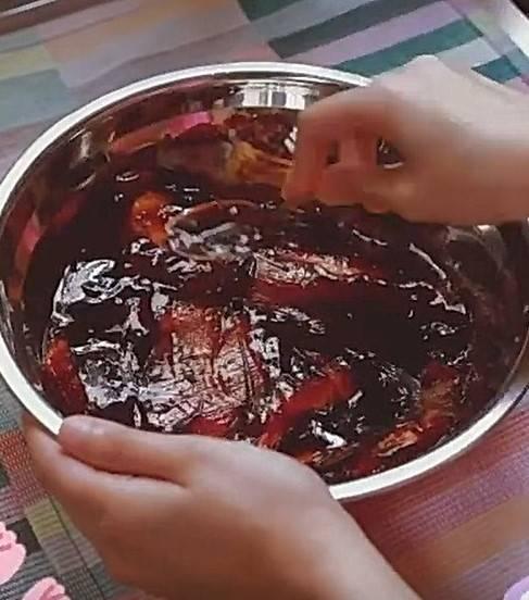 蜜汁叉燒食譜貼士:醬汁最好微微蓋過五花腩。(陳凱琳IG截圖)