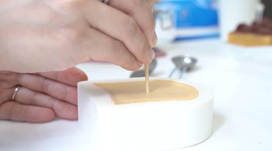 半凝固時插入蠟燭蕊芯