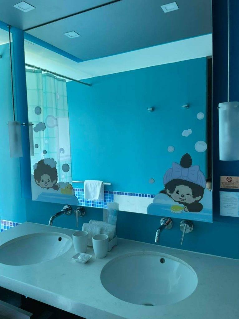 房間充滿Monchhichi怖置,床上cushion、露台的門、鏡、浴室都係貼滿夏日風格。