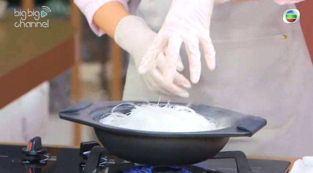 節瓜蝦米粉絲煲食譜小貼士:粉絲最後才放,否則很快會吸乾湯汁,令粉絲失去彈性口感。(《女人必學100道菜》截圖)