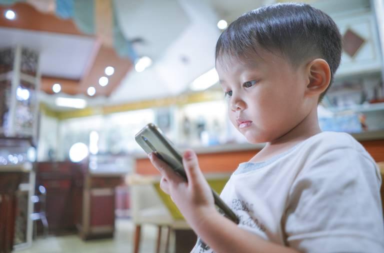 兒子iPhone手機跌落坑渠 港爸要渠務署賠錢(非當事人)