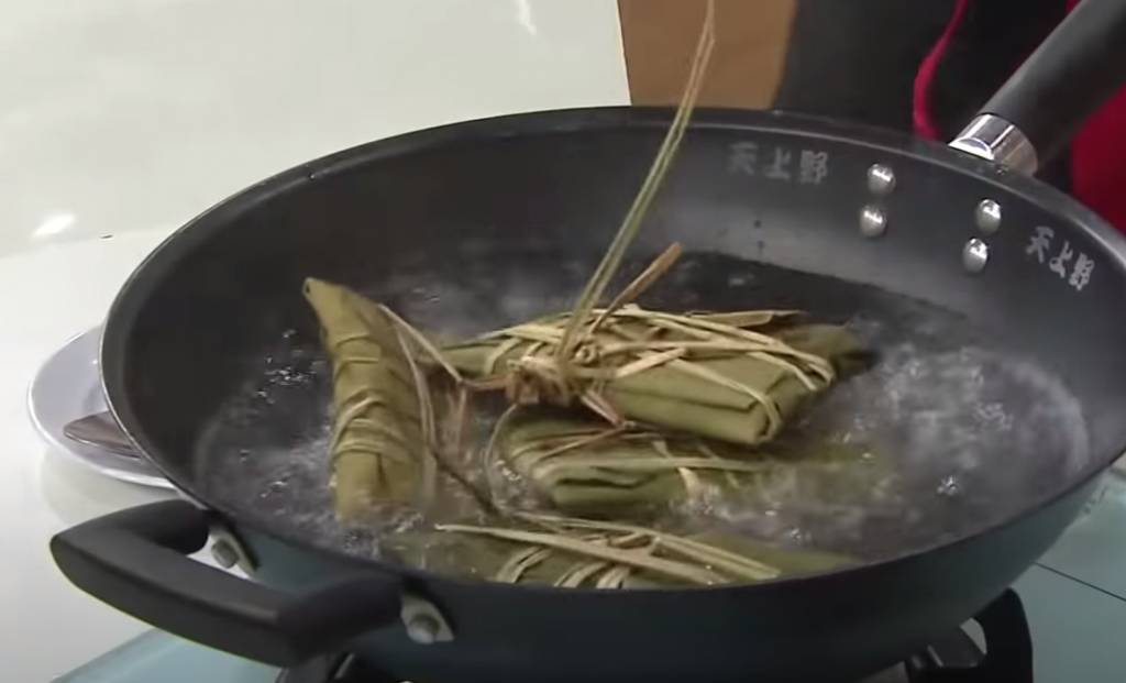 將粽用水草全部綁在一起,放入滾水內,以慢火煲四小時即成。