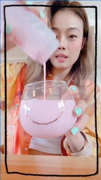 粉紅色草莓奶昔 圖片來源:容祖兒@IG