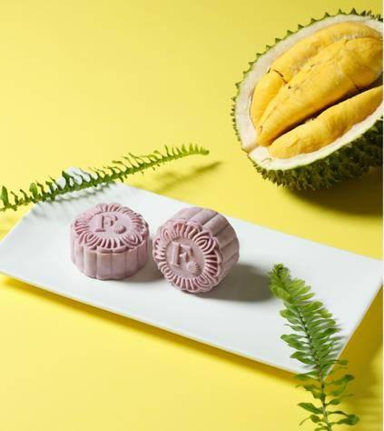 貓山王榴槤冰皮月餅以超級水果巴西莓(Açaí Berry)製成外層,為月餅添上淡淡天然紫色。(圖片來源:微熱山丘)
