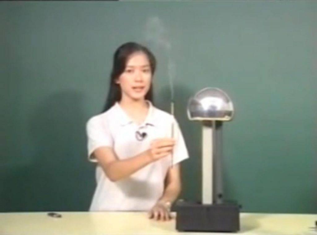 高才生選港姐入行已21年(香港電台物理科教育節目電視截圖)