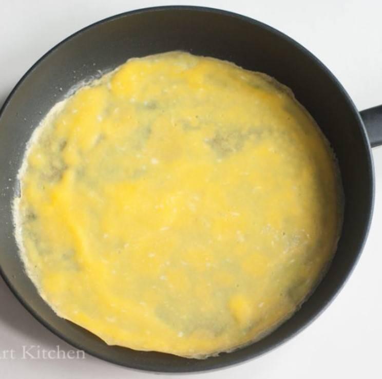 開中火,倒入蛋漿快手搖勻,加蓋煮 1分鐘,熄火焗 2分鐘。(圖片來源:甜琛廚房 Sweetheart Kitchen)