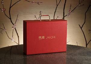 明閣聯乘LALIQUE限量尊尚「明」月餅美酒禮盒外型(圖片來源:香港康得思酒店)