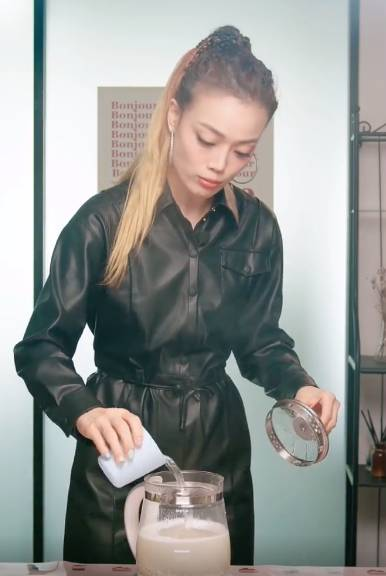 容祖兒減磅食譜1. 椰香燕麥薏米水(圖片來源:容祖兒小紅書影片截圖)
