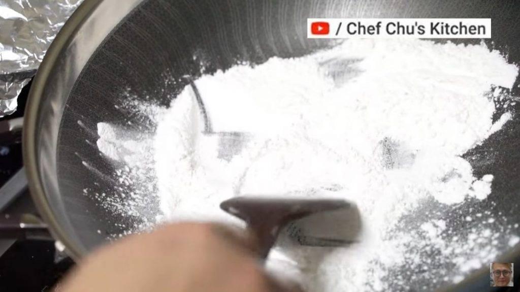 芒果糯米糍食譜 步驟6. 準備一個鍋,倒入適量糯米粉,開小火炒熟。(圖片來源:Chef Chu's Kitchen)