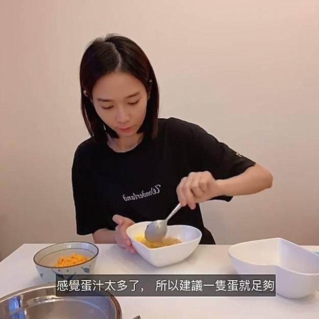 將雞蛋打勻,加入藜麥飯中攪拌均勻。(圖片來源:楊秀惠IG截圖)