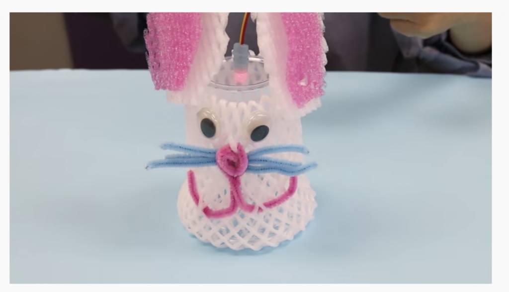步驟5:在兔子的臉上,貼上一對活動眼睛。(圖片來源:慈慧幼苗Healthy Seed Youtube截圖、Agnes Recycles)