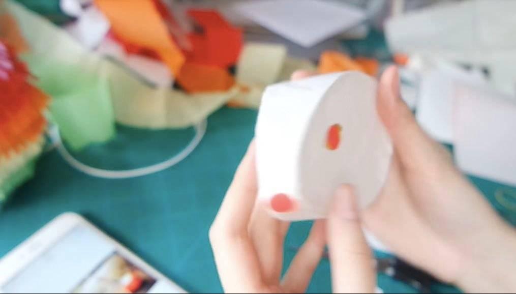 用宣紙及色紙剪裁兔子耳朵、眼睛及鼻子,並貼在兔子頭上。(圖片來源:Chacha Susana Youtube截圖)