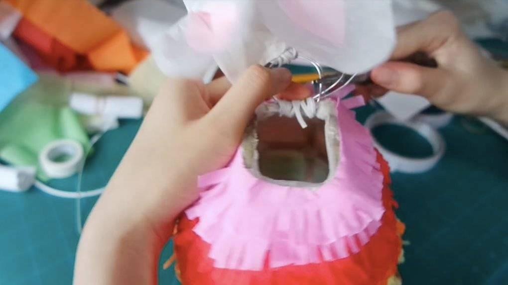 11. 用鐵線把兔子頭和身體連接,再用紅繩連接的小電筒。(圖片來源:Chacha Susana Youtube截圖)
