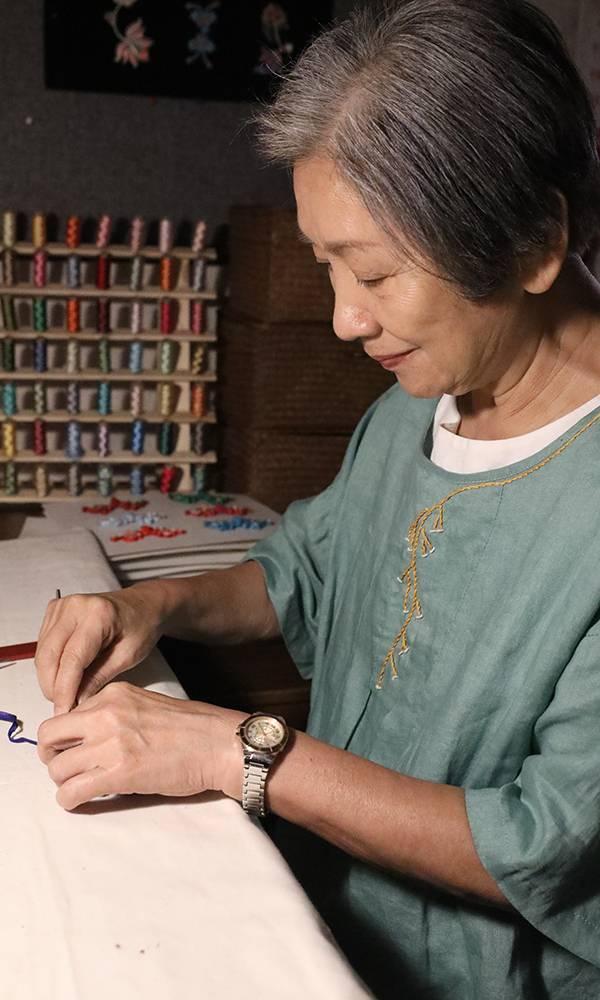 中式花紐師傅郭羅美蘭(鮑起靜飾)獨力養大兒孫,70歲生日前發現各人的煩惱。(圖片來源:TVB)