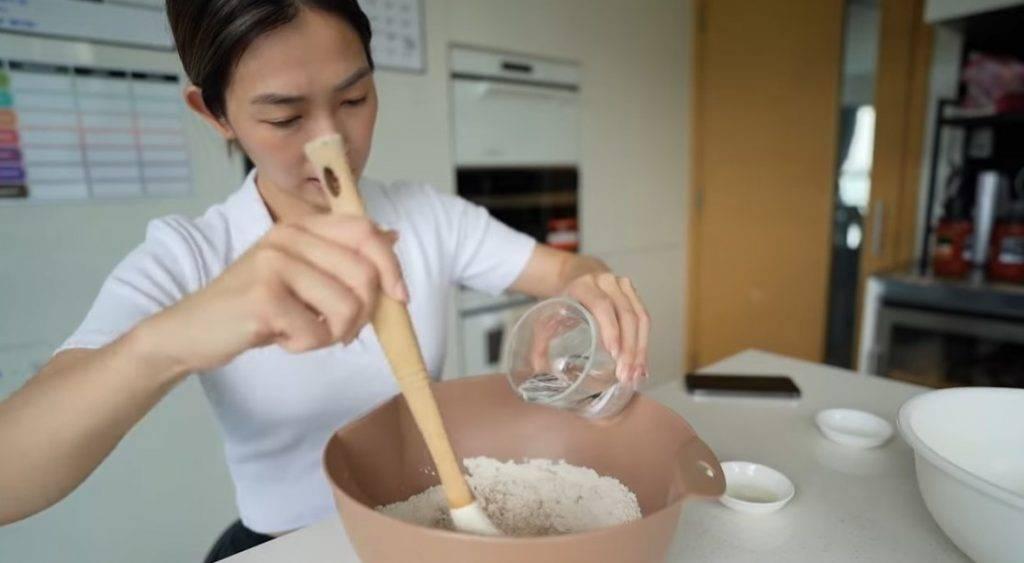 加入牛油果油、一半分量的溫水,然後慢慢攪拌。(圖片來源:「SARAH & JASON」YouTube Channel)